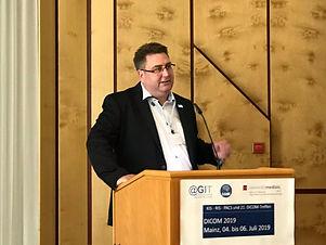 promedtheus Senir Berater Stefan Xhonneux hält einen Vortrag über die Integration von Medizintechnik und  IT