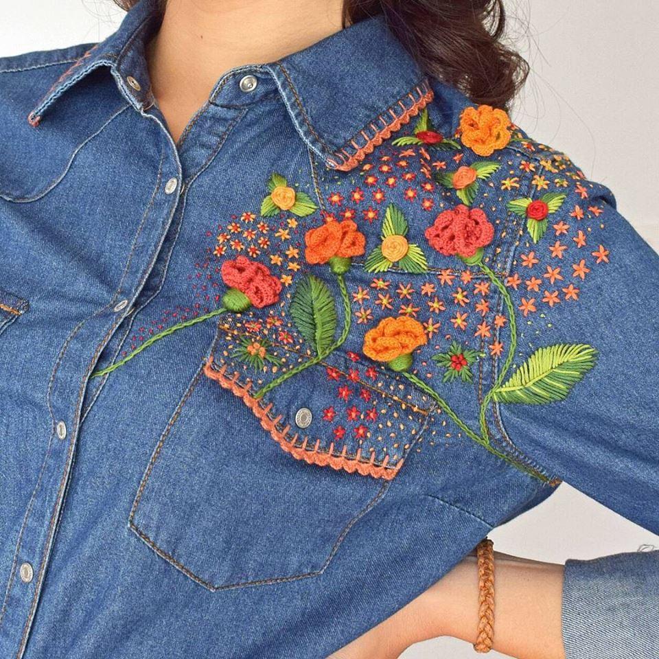 Camisa vaquera con detalles bordados a mano realizada por Ana´s Closet, disponible en Trate Tienda Taller de Artesanía y Restauración