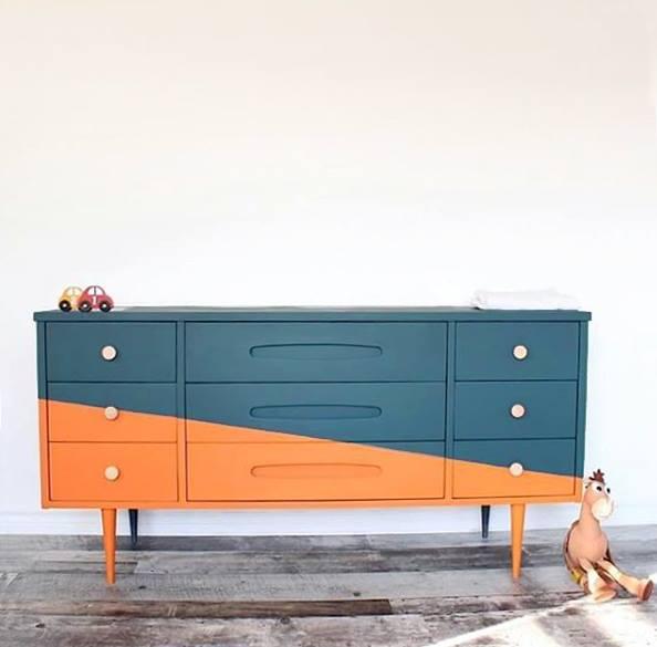 Lineas sencillas y rectas, contrastando en dos tonos Barcelona Orange y Aubusson Blue, con Chalk Paint Annie Sloan. Trabajo realizado por Rêves en couleurs