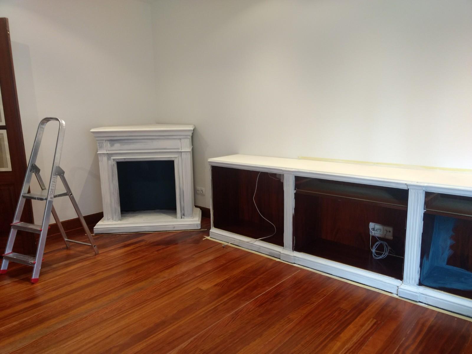 Los muebles y el espacio están divididos en dos partes, la zona de la chimenea y la de la estantería. Una vez desmontado y puestas las piezas que necesitaba, como las encimeras, se empezó con las primeras manos de Chalk Paint Annie Sloan - TRATE Tienda Taller