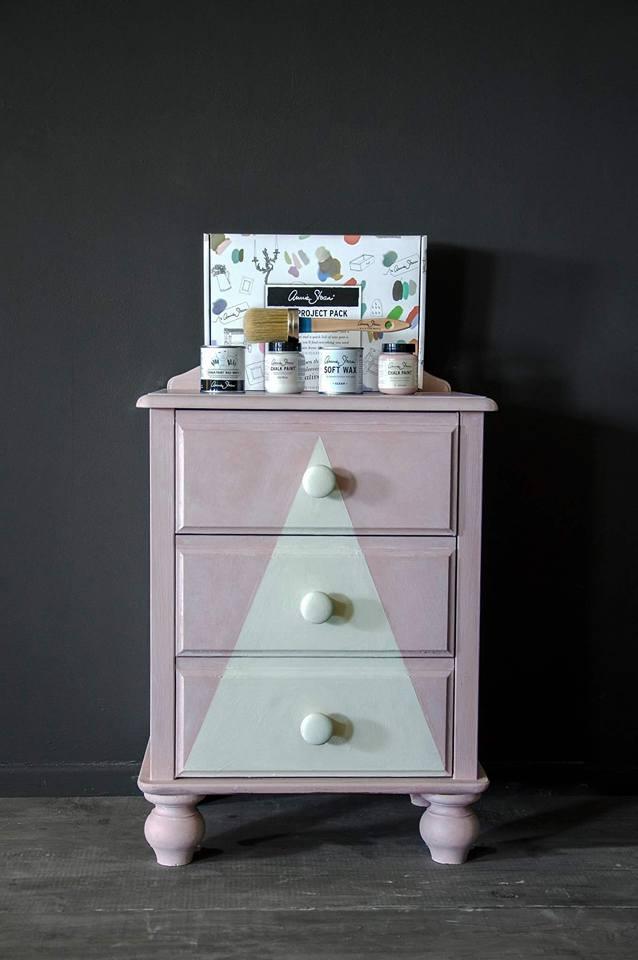 Empieza a crear tus primeros proyectos con el Pack de iniciación de Chalk Paint Annie Sloan. Dos colores de la carta pequeños y dos ceras pequeñas, brocha n8 los encontraras en Trate Tienda Taller de Artesanía y Restauración