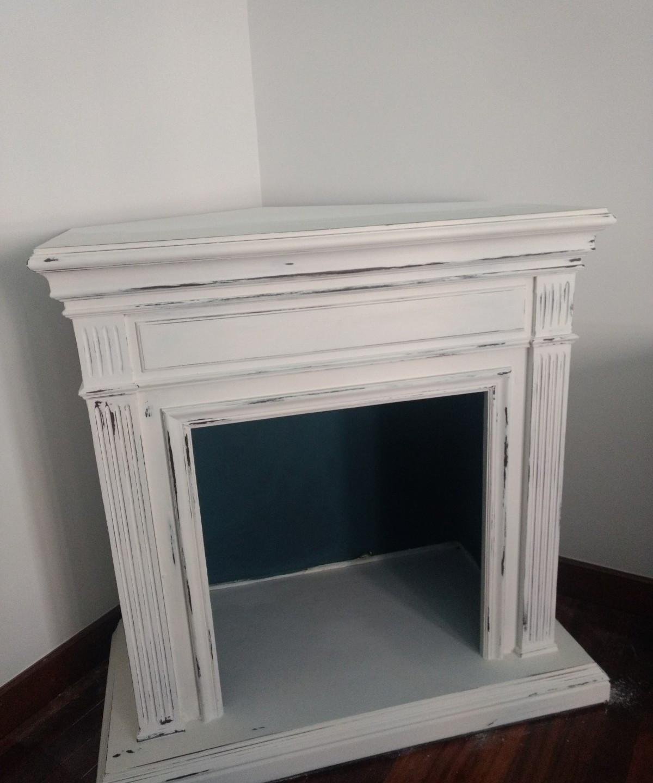 Los muebles y el espacio están divididos en dos partes la zona de la chimenea y la estantería. Una vez desmontado y puestas las piezas que necesitaba, como las encimeras, se empezó con las primeras manos de Chalk Paint Annie Sloan - TRATE Tienda Taller