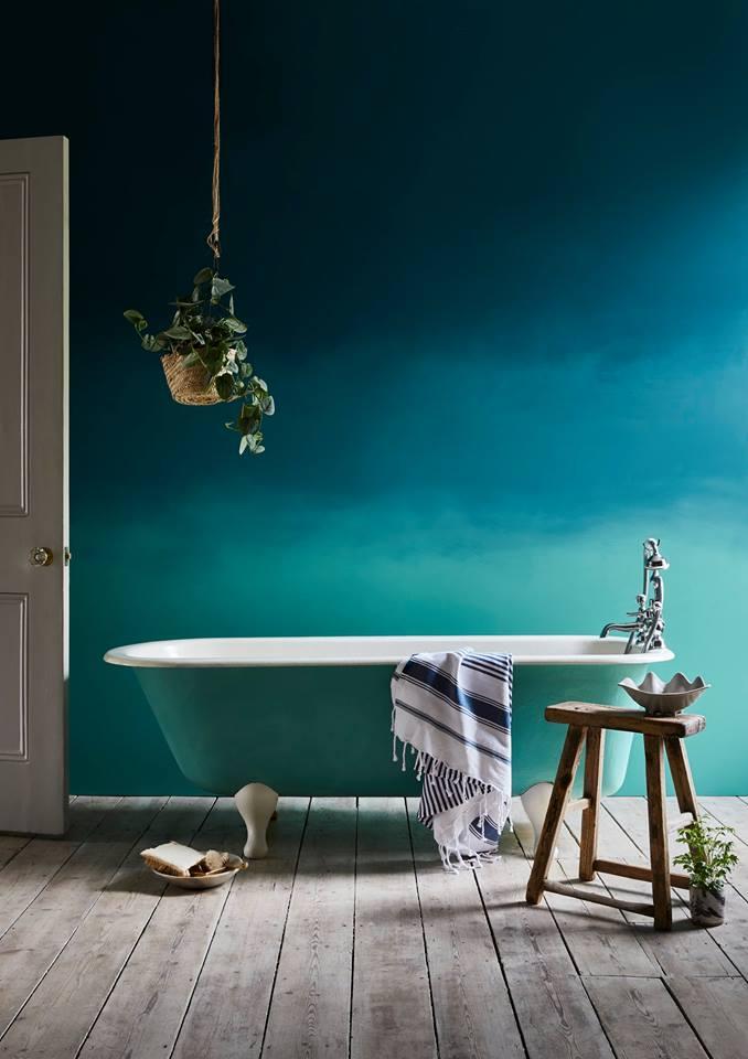 Trabajo realizado por Felix Sloan. Degradado de color en pared integrando la bañera con los tonos de las paredes - Chalk Paint Annie Sloan