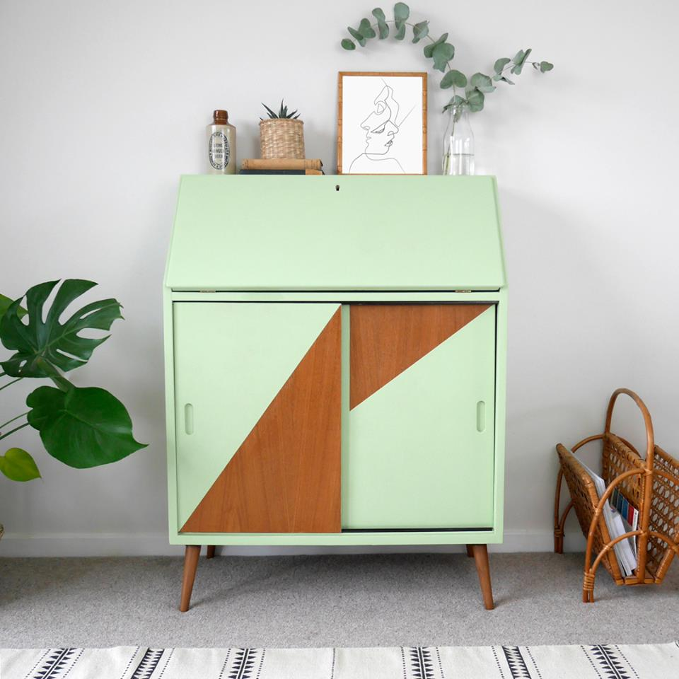 Muebles Mid Century con un cambio espectacular pero muy sencillo, jugando con dibujos geométricos y dejando parte del color natural de la madera. Realizado con Chalk Paint Annie Sloan color Lem Lem