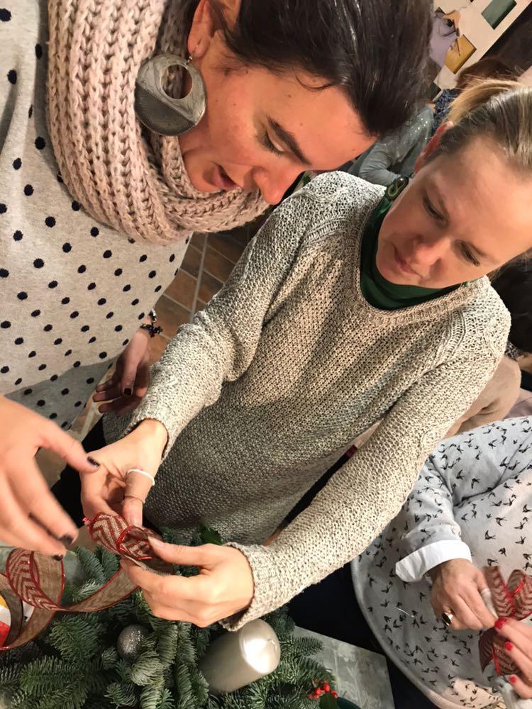 Durante la celebración del taller de centros de mesa impartidos por Frut Art Ramo en Trate Tienda Taller Bilbao