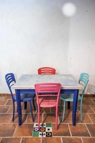 Mesa de comedor colorida