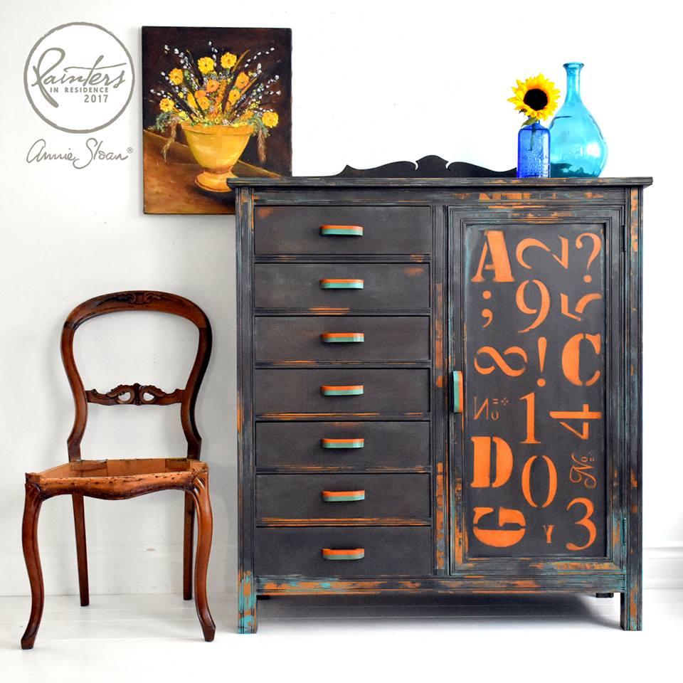 Trabajo realizado por Restores4u, le ha dado un estilo industrial al muebles usando Chalk Paint Annie Sloan y los detalles con técnica de Stencil.