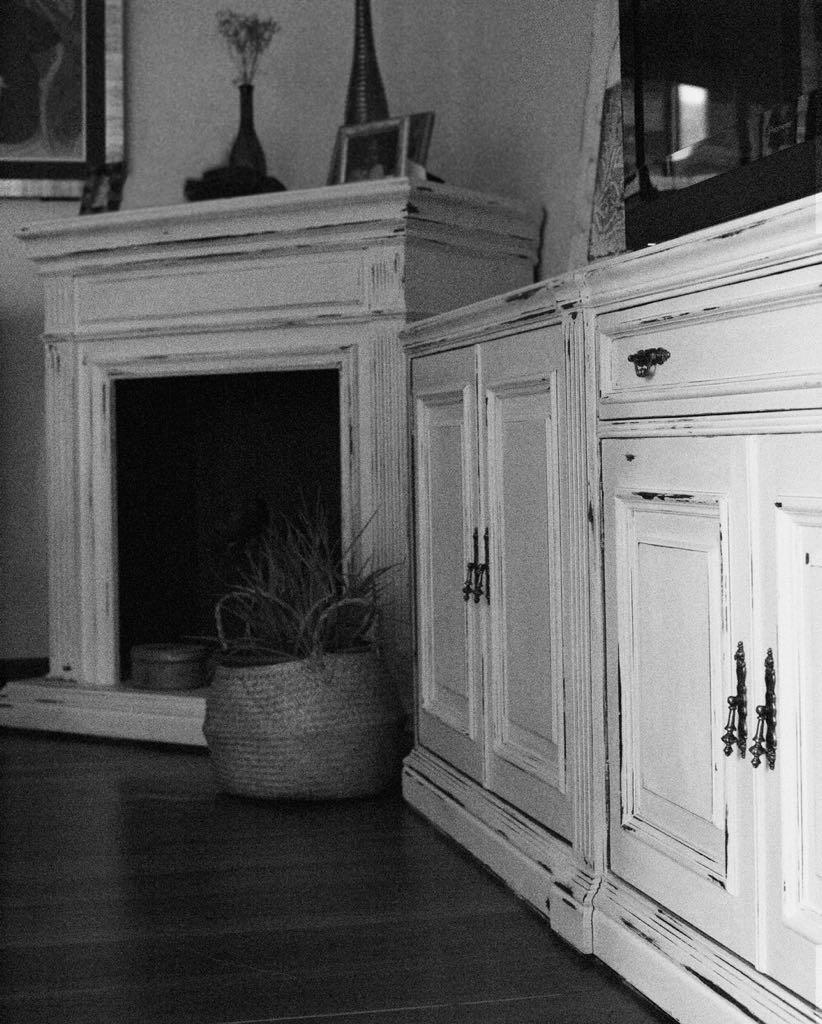 Muebles pintados en blanco original de Annie Sloan Paint con un desgastado suave. Foto: Vanessa Lara  @Nesslara