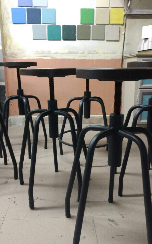 """Trabajo realizado para el nuevo bar Kantine situado en la calle Príncipe. Estructura sillas en """"Graphite"""" de Chalk Paint™ Annie Sloan y madera acabada con Soft Wax Dark, Trate tienda Taller Bilbao, Bizkaia"""