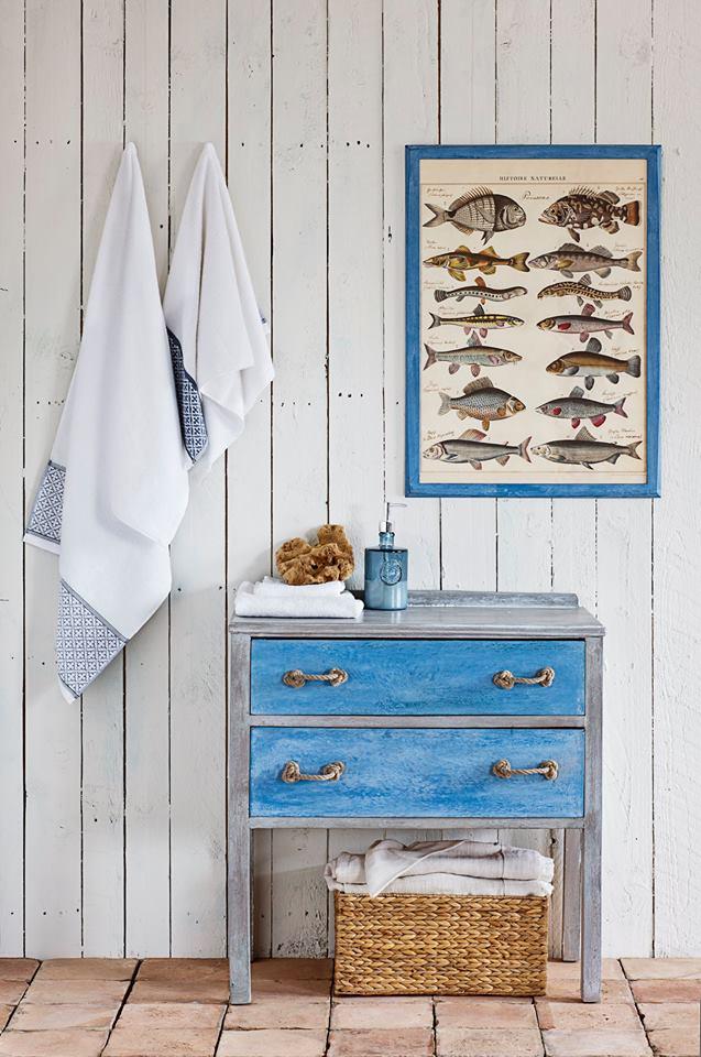 Mueble pintado con Chalk Paint Annie Sloan, con cestas de minbre y cuadros que nos evocan al mar - Foto Annie Sloan