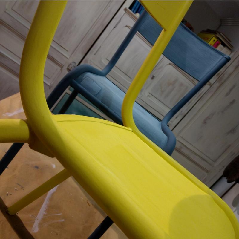 Sillas pintadas en azuly amarillo