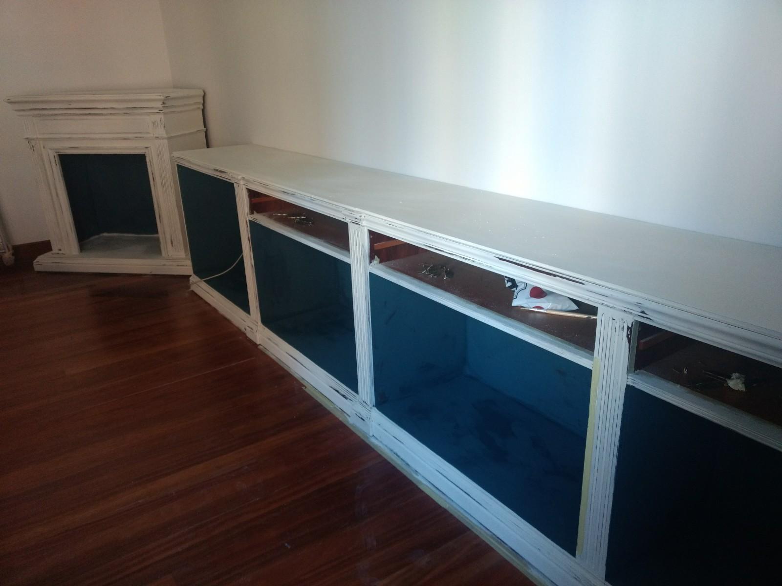 Para darle profundidad y un poco de color al mueble, las partes interiores se realizaron en Aubusson Blue, un azul verdoso especial - TRATE Tienda Taller