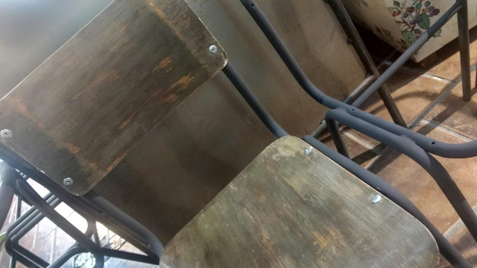 """Trabajo realizado para el nuevo bar Kantine situado en la calle Príncipe. Estructura sillas en """"Graphite"""" de Chalk Paint™ Annie Sloan y decapado en tres tonos acabados con Soft Wax Dark, Trate tienda Taller Bilbao, Bizkaia"""