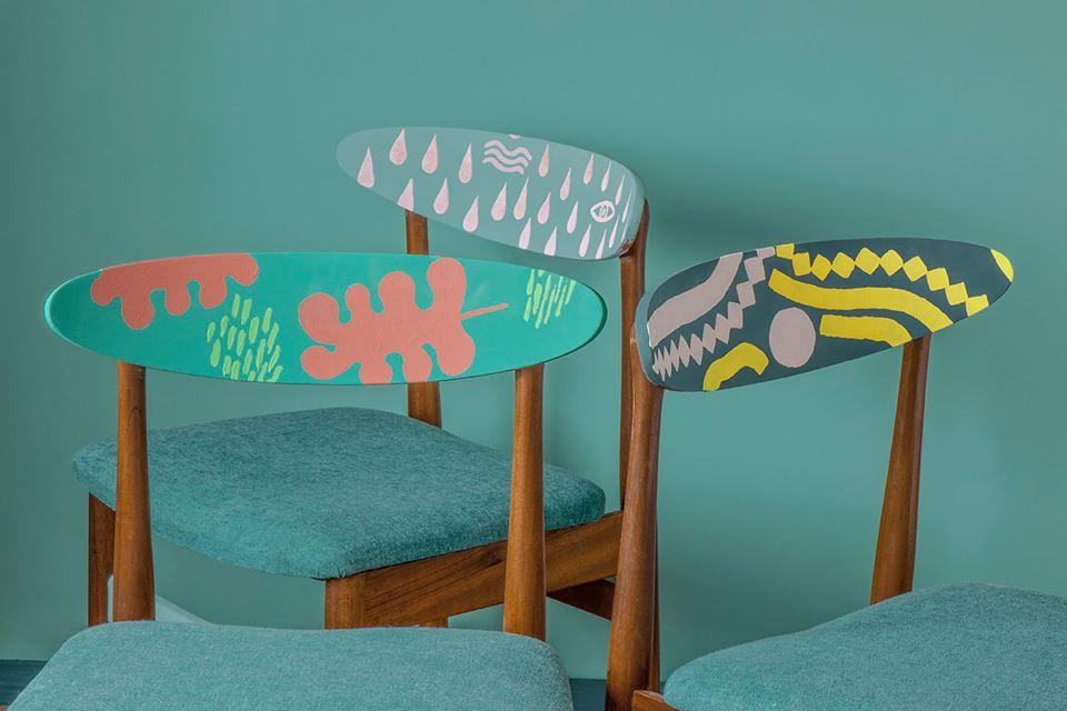 Sillas Mid Century con un punto creativo, dejando algunas partes con la medra natural. Trabajo realizado por Annie Sloan.