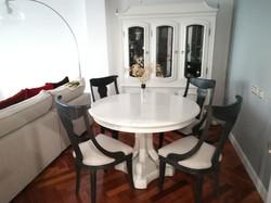 Mesa y alacena pintadas