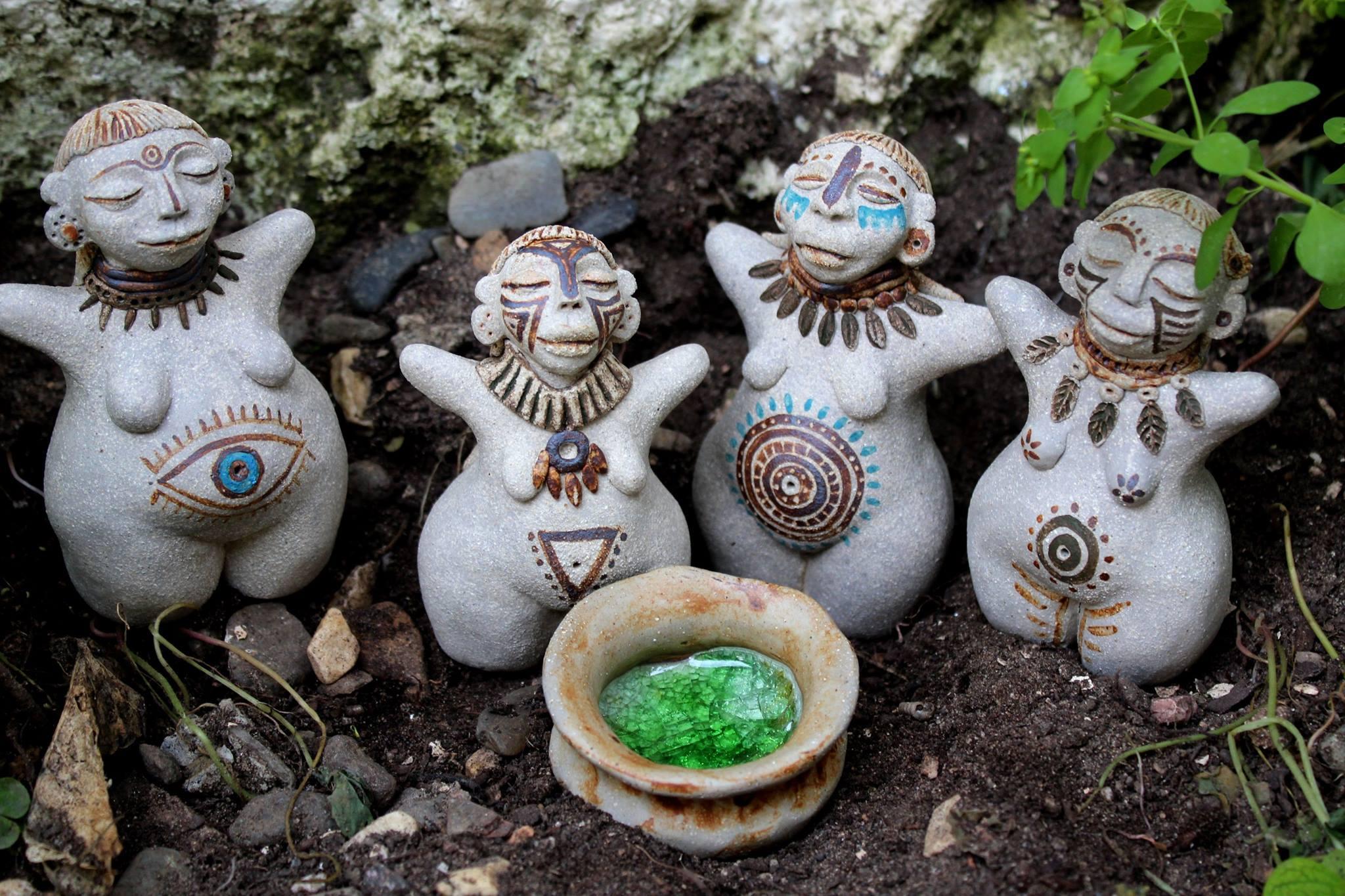 Guerreras figuras decorativas realizadas en cerámica. Tierra Viva en Trate Tienda Taller de Artesanía y Restauración