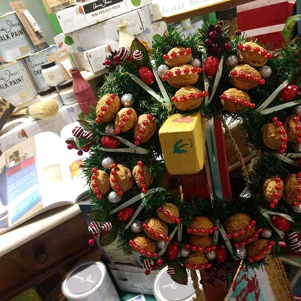 Corona realizada con nueces para que tu decoración esta navidad luzca de lo más original y única. Trabajo realizado por Frut Art Ramo los encontraras en Trate Tienda Taller de Artesanía y Restauración.