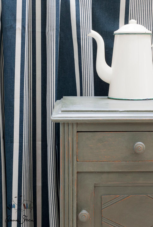 Textiles en rayas azules combinado con un tono verdoso claro y objetos decorativos en blanco - Fotos Annie Sloan - Chalk Paint - Annie Sloan Fabrics