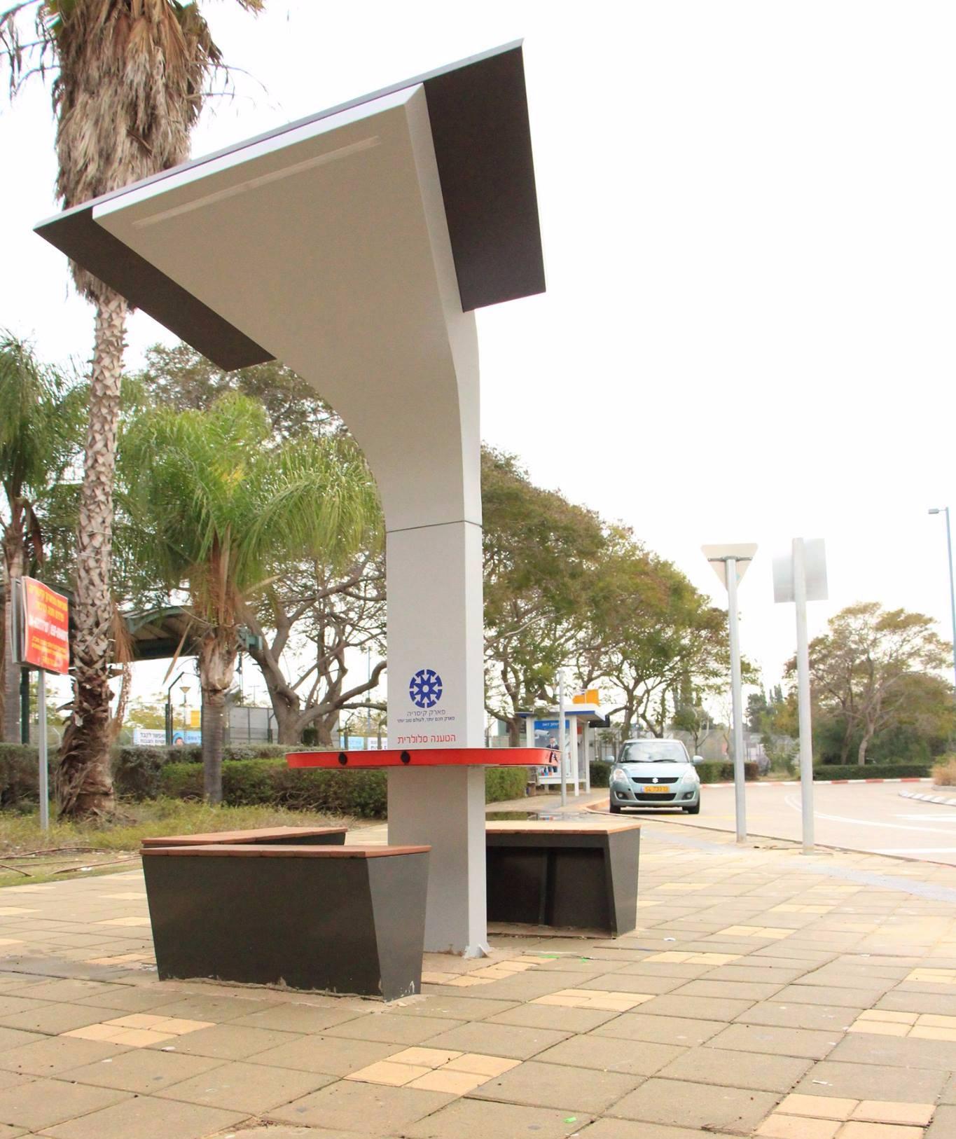 מתקן ציבורי לטעינת סמארטפונים קיסריה