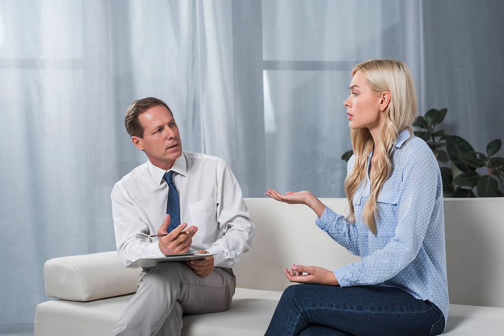 Psicólogo ouvindo a paciente