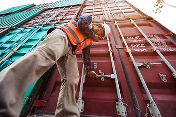92935760-container-inspector-in-surveyin