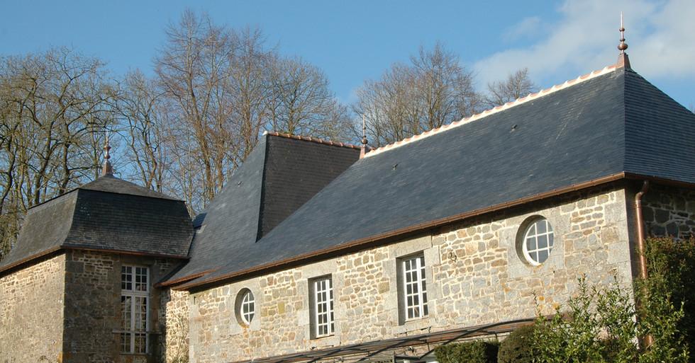 Retauration des toitures des communs du château de la Ballue