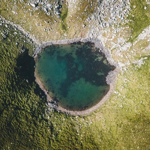 bergbaur-neukirchen-grossvenediger-bergsee-vogelperspektive-nationalpark-hohe-tauern-min.j