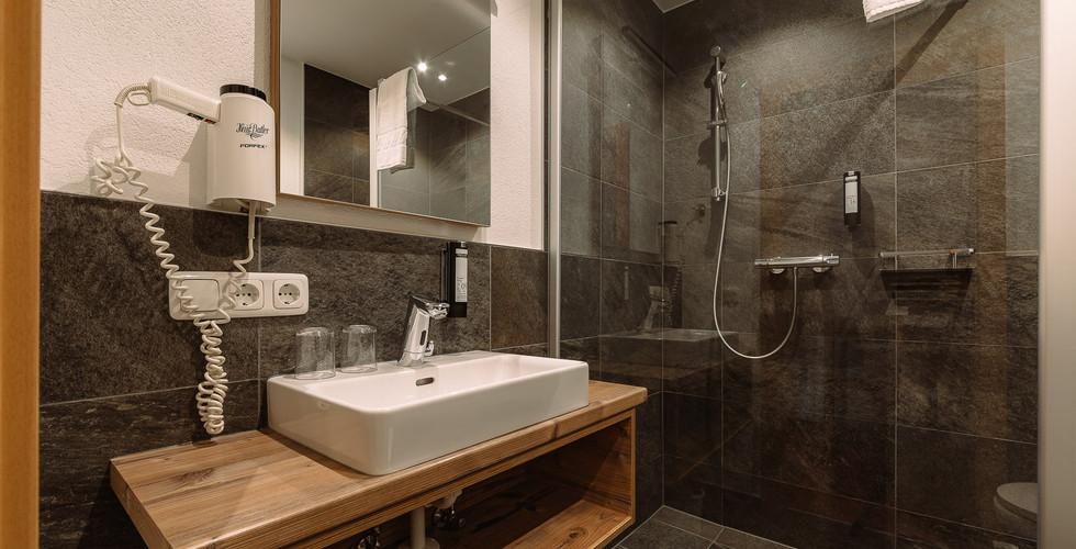 BergBaur-hotel-neukirchen-am-grossvenediger-badezimmer-01_verwolf_wolfgang_scherzer-min.jp