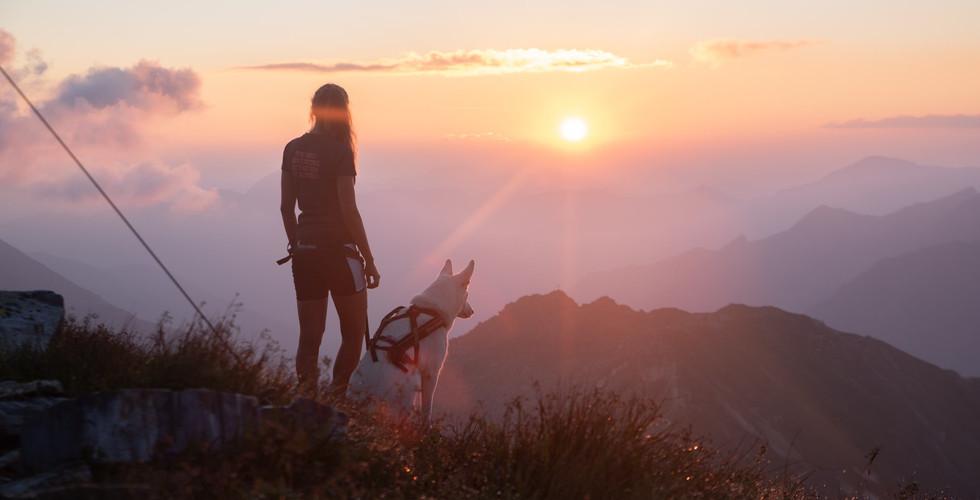 bergbaur-neukirchen-grossvenediger-wandertour-mit-hund-frau-sonnenaufgang-berge-min.jpg