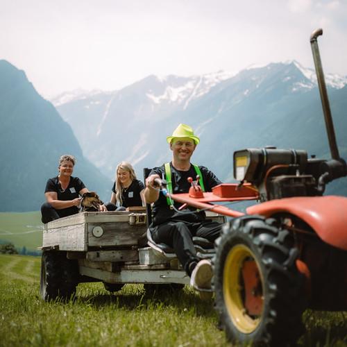 BergBaur-hotel-neukirchen-am-grossvenediger-traktor-fahrt_verwolf_wolfgang_scherzer-min.jp
