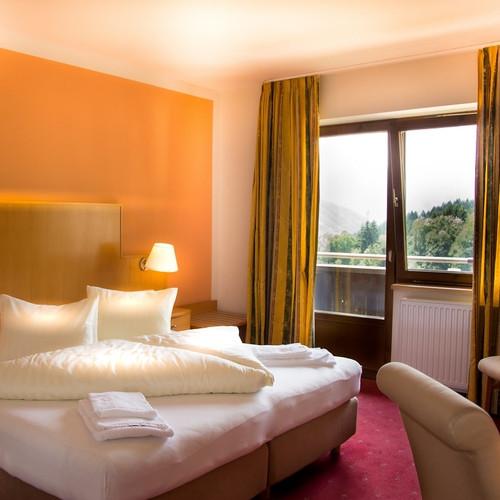 01-bergbaur-neukirchen-grossvenediger-hotel-zimmer-bett-min.jpg