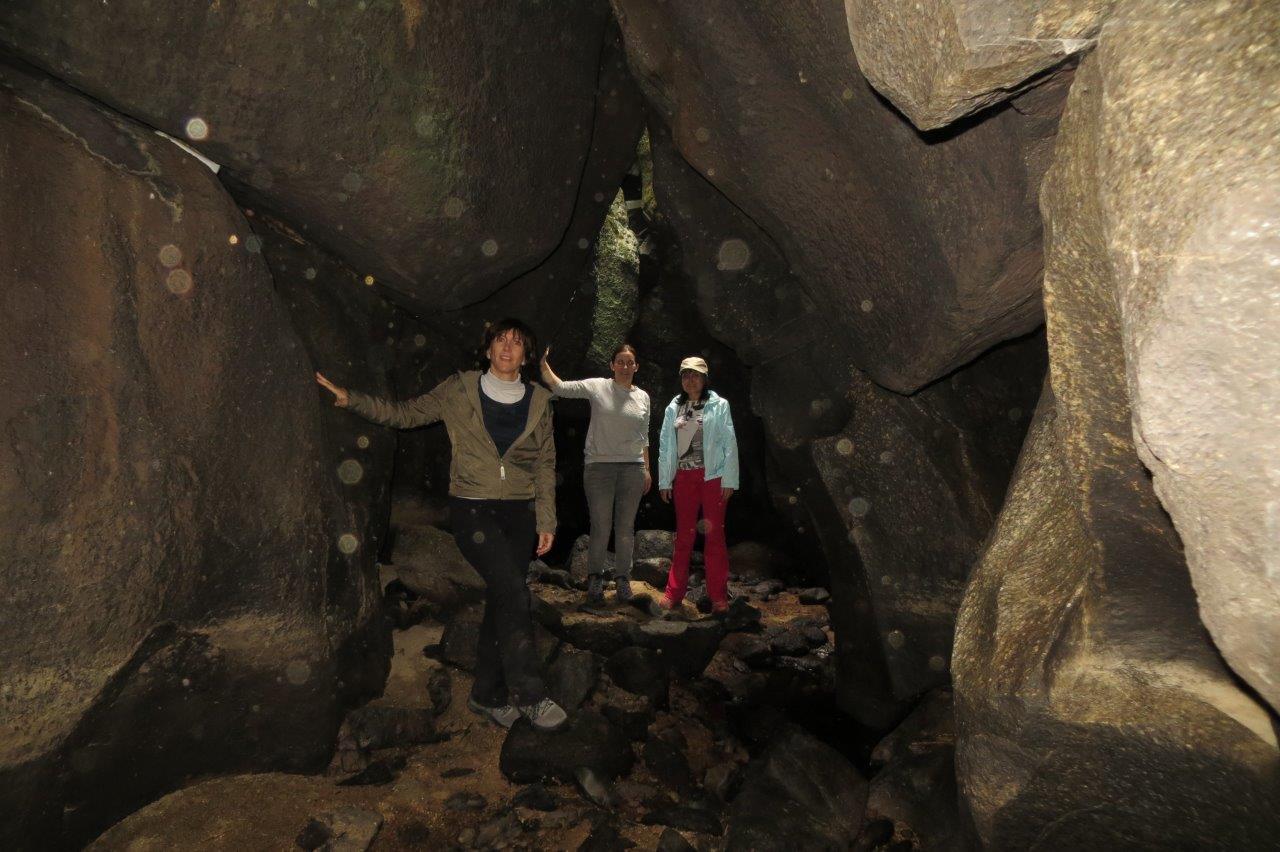 Cueva atravesada por el río Margañán