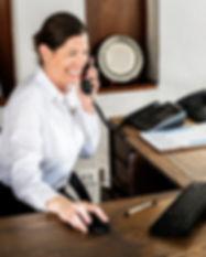 recepcionista-feminina-trabalhando-na-re