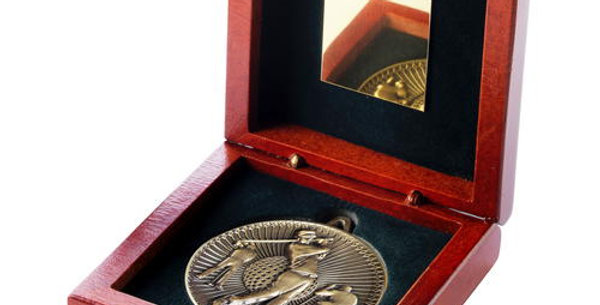 ROSEWOOD BOX AND 60mm MEDAL GOLF