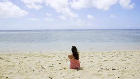 slider-pan-lone-woman-on-beach-hawaii-be