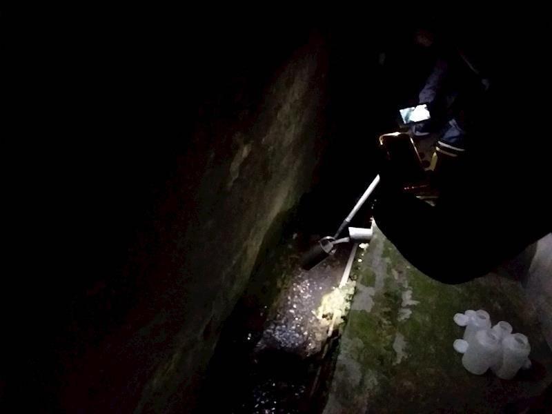 環保人員稽查偷排採樣。圖片來源:環保局提供。