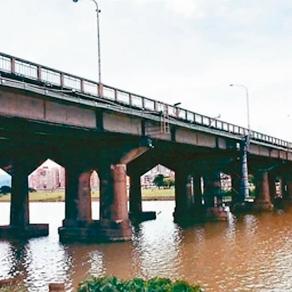 【新聞】中正橋改建工程驚傳墜河意外 4艘快艇急尋1施工人員