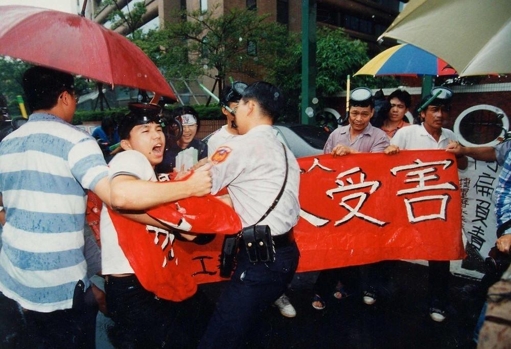圖為1997年工傷協會偕同捷運潛水夫症工人前往抗議。 圖/本報系資料照
