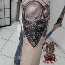 skull mit bandana