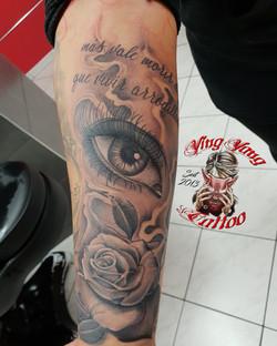 Ein schönes Auge mit Rose