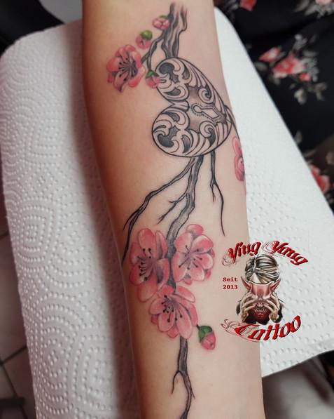 Kirschblüten Ast Tattoo mit einem Schloss in Herz form von John