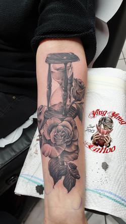 Sanduhr, Rosen Tattoo ( frisch gestochen