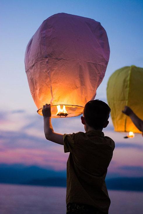 boy-with-sky-lantern-640w.jpg