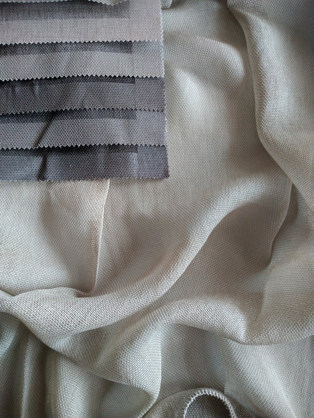 Trinity kankaan väripaletti on kauniin maanläheinen. Verhopalvelu sisältää ompelun ja asennuksen mkaksi.fi