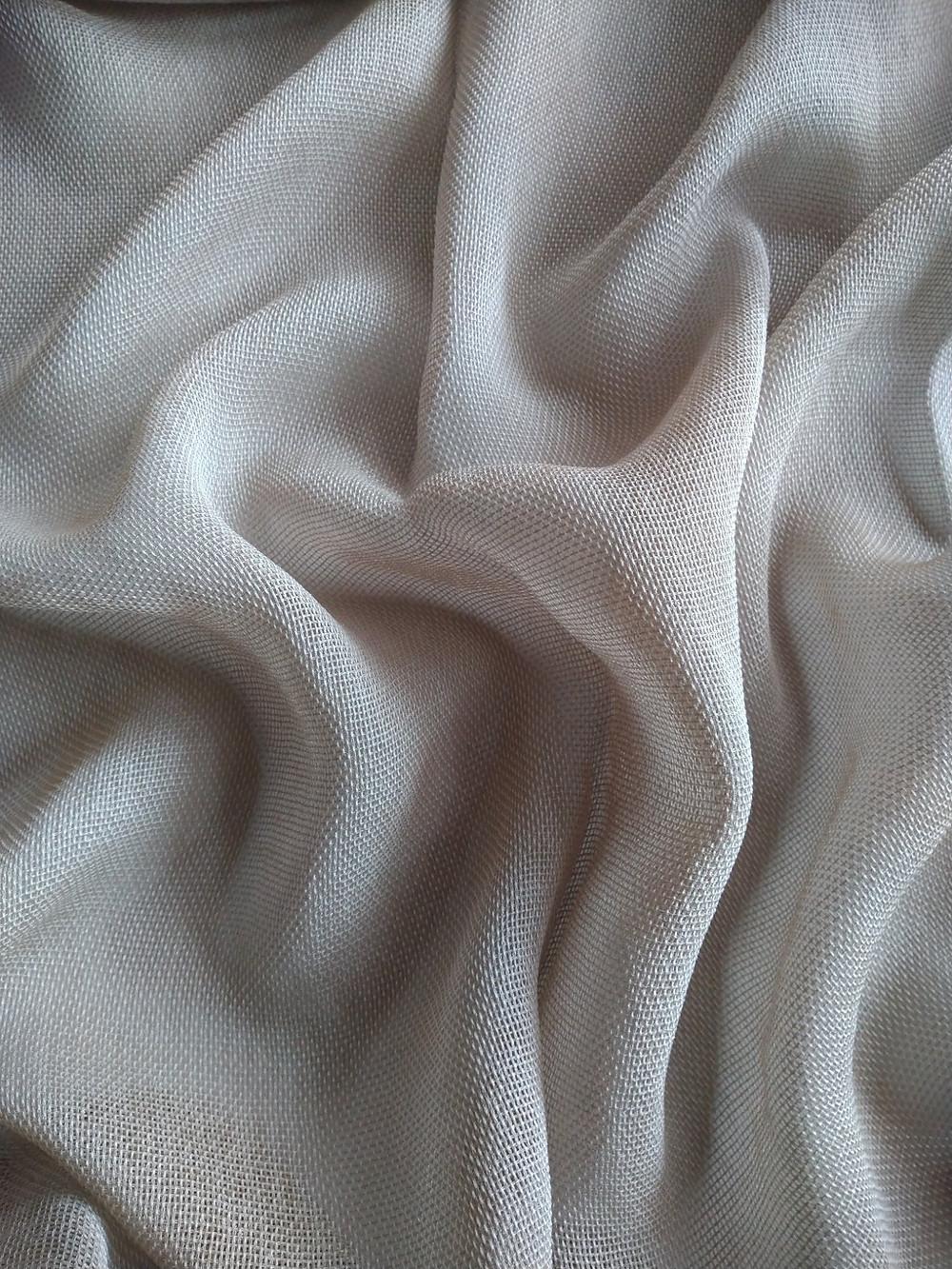Unelmankevyt Trinity verhokangas laskeutuu kauniisti ja ryhdikkäästi verhon helmaan ommeltavan lyijynauhan ansiosta. Mkaksi.fi verhopalvelu, verho-ompelu ja asennus.