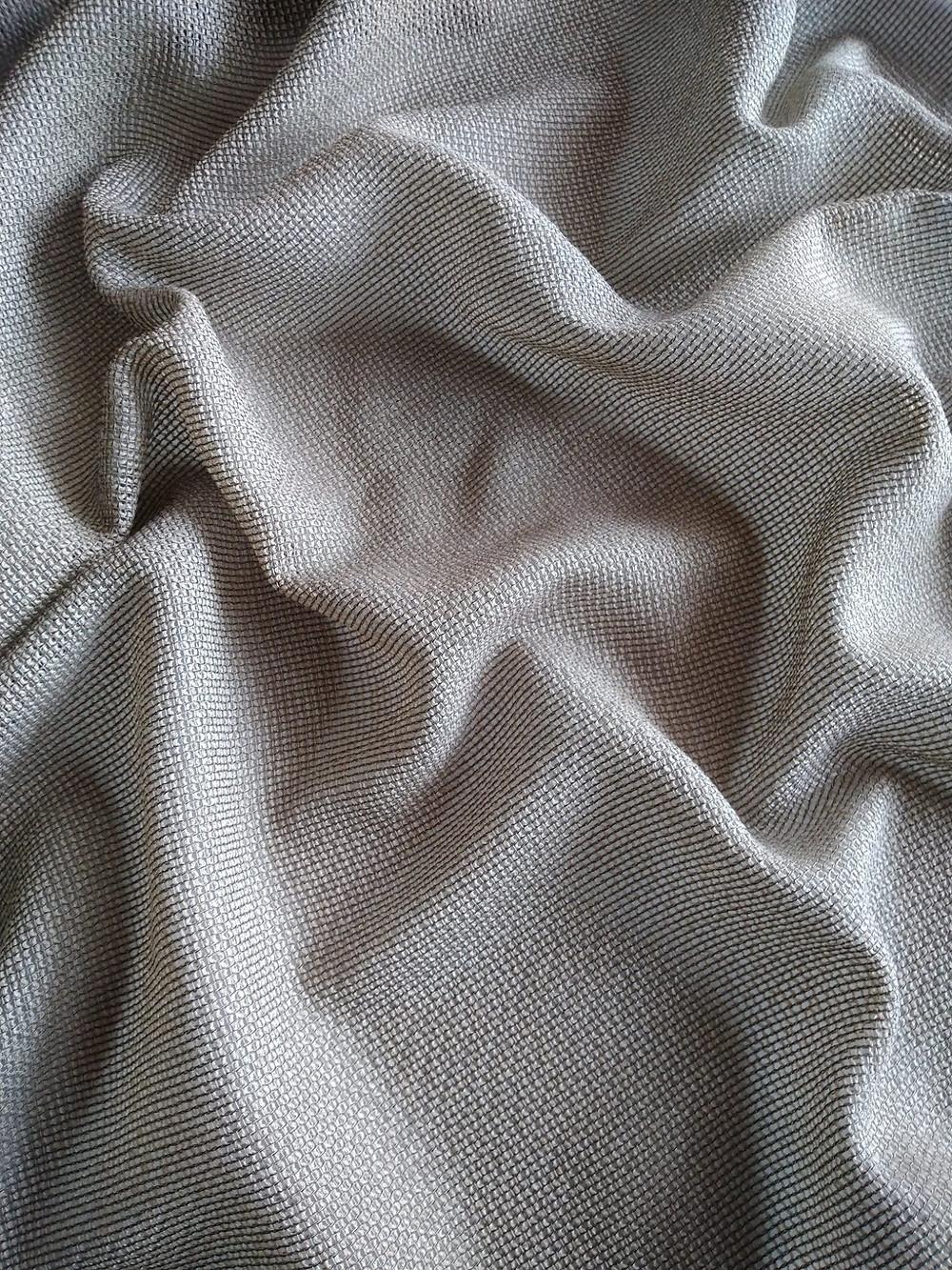 Jubileessa yhdistyy kudoksen hento metallimainen kiilto ja pellavamainen pehmeys. Värivaihtoehtoja on runsaasti, 17 kpl. Verhopalvelu Mkaksi.fi