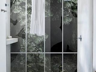 Conservatory-tapetti tuo sademetsän tuntua kylpyhuoneeseen