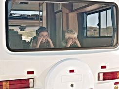 Chico y chica en la ventana de Autocarav