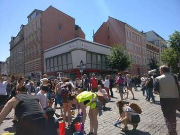G20结束 汉堡市民自发走上街头清洁街道