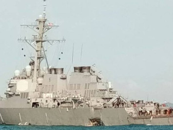 """美国""""麦凯恩""""号导弹驱逐舰发生碰撞"""